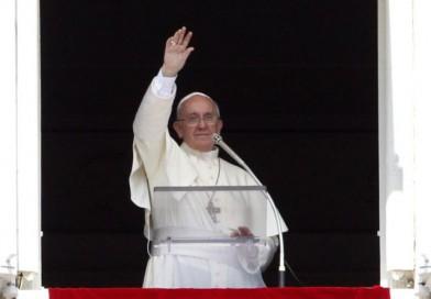 No seamos sociedad-fortaleza, sino sociedad-familia capaces de acoger, el Papa en el Ángelus
