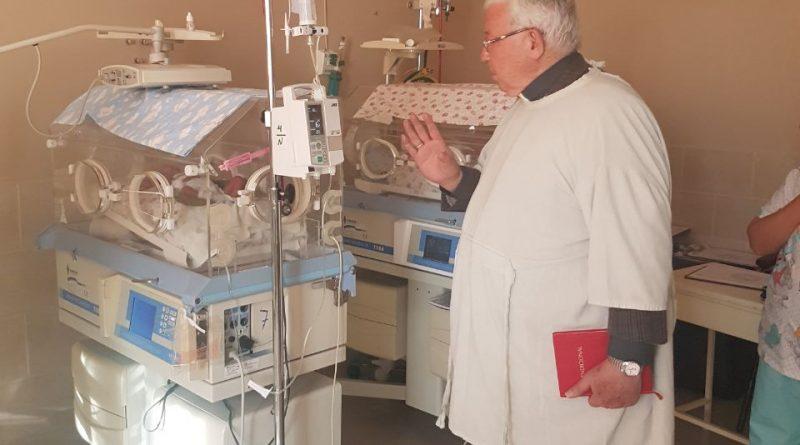 Visita pastoral hospital Gineco Obstetrico por Mons. Jesús Juárez, Arzobispo de Sucre